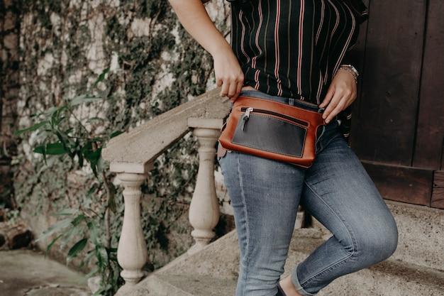 Женщина в сумке на талии