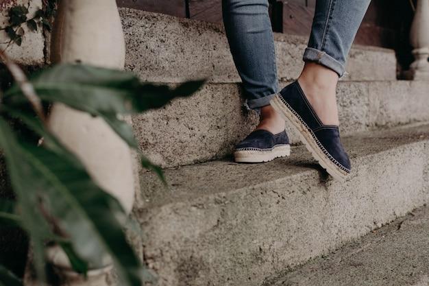 屋外のモデリング靴とサンダルを着ている女性