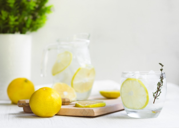 新鮮な甘いレモネード水。ナイフ、木、いくつかの植物