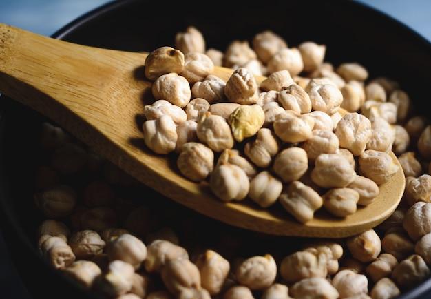 ボウルと木のスプーンで生ひよこ豆。