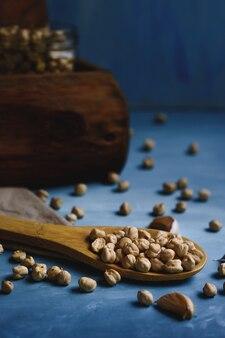 ガラスの瓶と木のスプーンで生ひよこ豆。