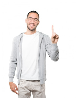 Молодой человек делает жест номер один