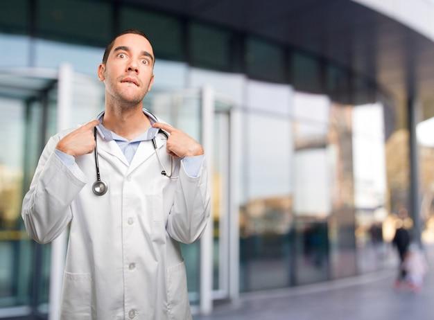 不安のジェスチャーでストレスを受けた若い医者