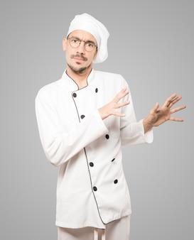 Испуганный молодой повар кричит