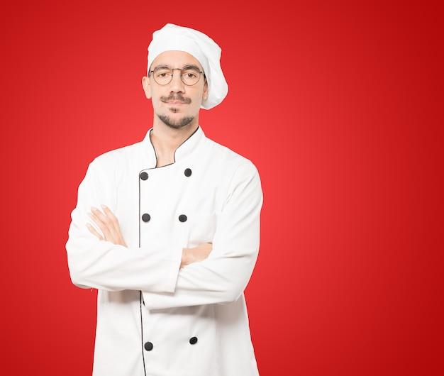 Нерешительный молодой шеф-повар ищет жест