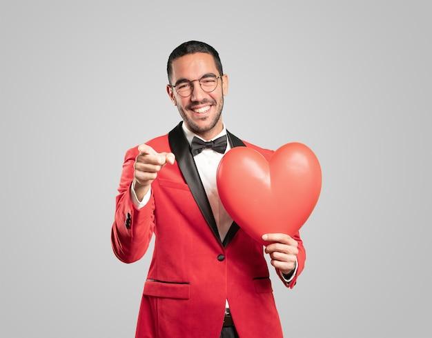 バレンタインの日にスマートな若い男。コンセプト愛