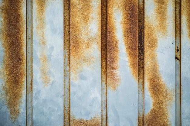 Текстура металлической стены серебристого цвета, которая окисляется с течением времени