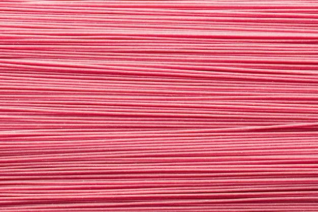 上から見たピンクのグルテンフリー全粒スパゲッティテクスチャ背景。グルテンフリーの健康食品のコンセプト