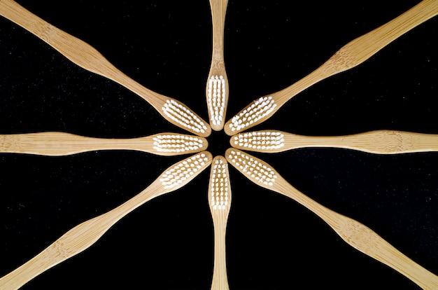 向かい合っている木製の歯ブラシ