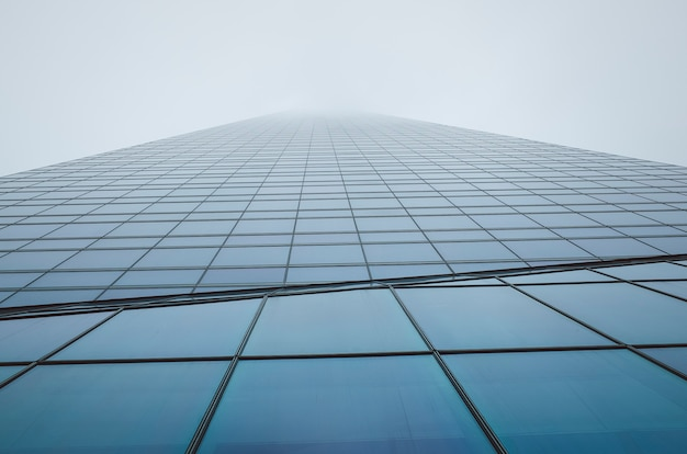 オフィスビル。超高層ビル。曇りの建物の外観
