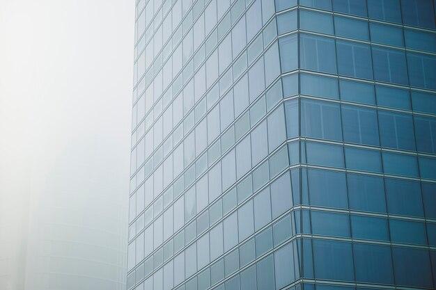 近代的なオフィスセンターの大きな高層ビルの窓のある建物の眺め