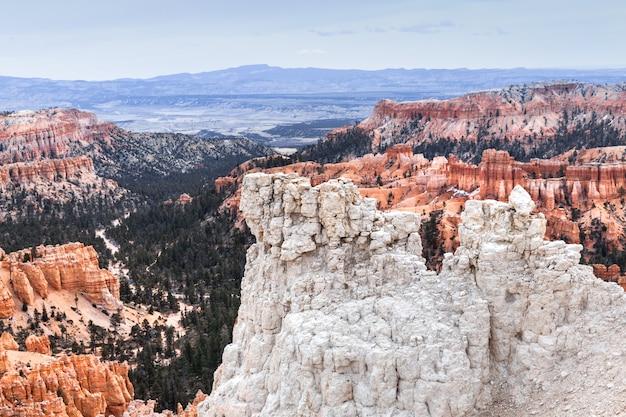 ブライスキャニオン、山の風景の崖で壮大な景色