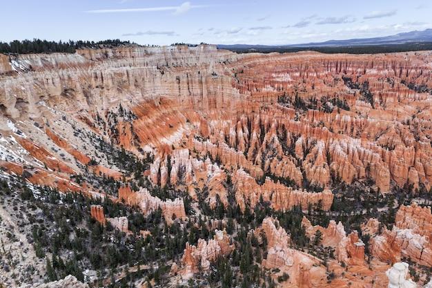 Слои апельсиновых роков худу в брайс каньон, сша