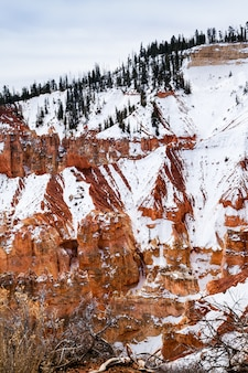 冬の朝、ブライスキャニオン、アメリカのホードゥー岩