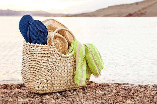 夏休みのためのビーチサンダルとビーチサンダル