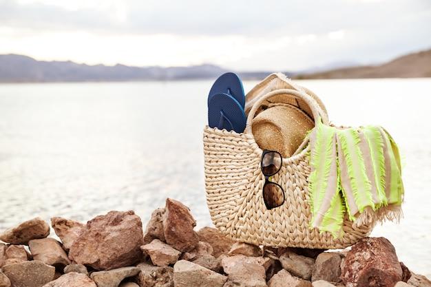 Озерный пейзаж и летние аксессуары на берегу