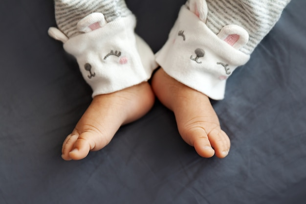 セレクティブフォーカス、小さなつま先のクローズアップでベッドに生まれたばかりの赤ちゃんの足