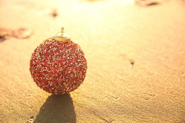 Рождественский красный шар на золотой закат в калифорнии