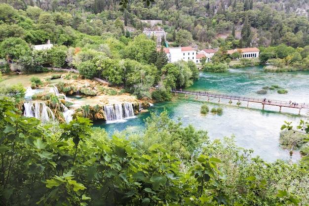 Широкий вид с вершины водопада крка, хорватия в мае
