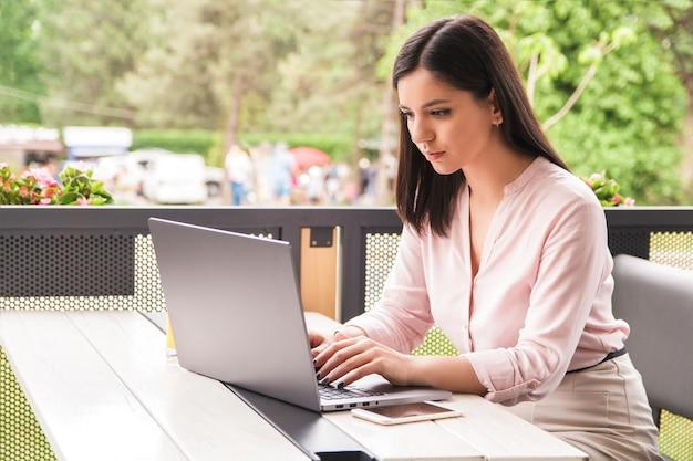 仕事に集中。集中して美しい若い実業家やラップトップに取り組んでいる学生