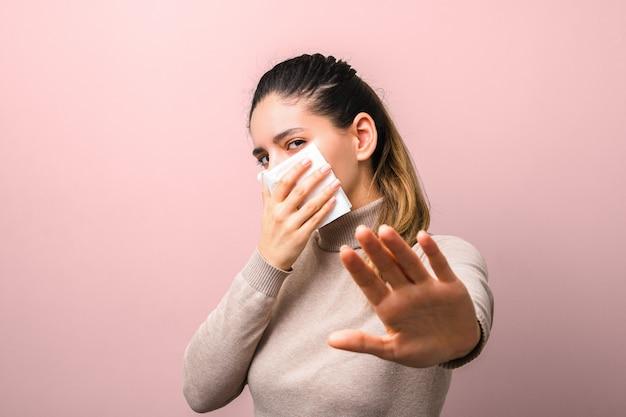 ウイルス防護マスクとしてナプキンを保持し、距離を保つように求めて挙手した若い女性