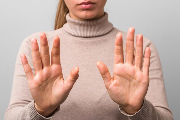 Руки женщины после хорошей стирки