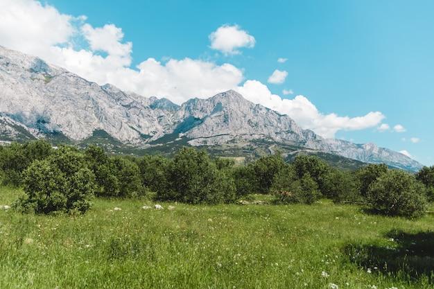 Горы в хорватии днем без туристов