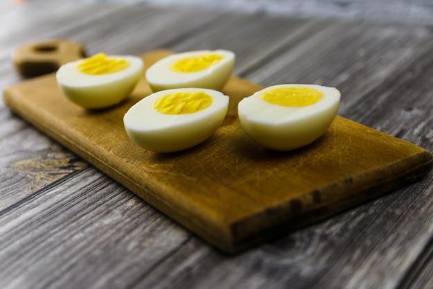 木製のまな板にゆで卵半分
