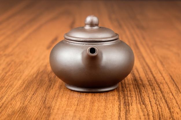 Китайский чайник на столе