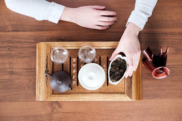 Женщина проводит чайную церемонию