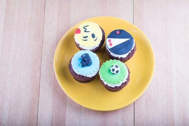 Вкусные кексы на столе