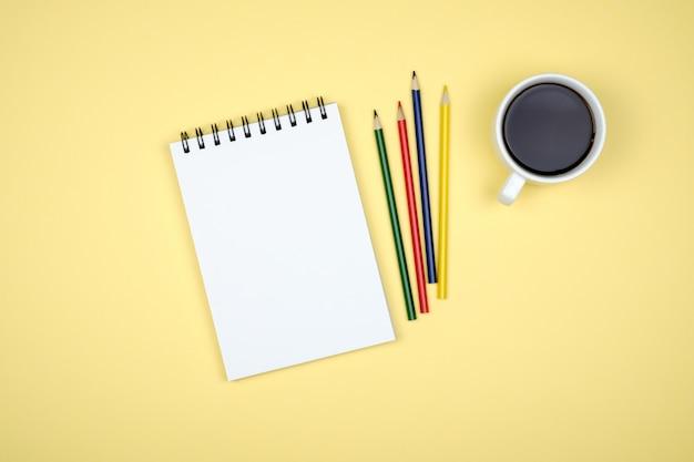 Пустой блокнот для идей на цветном фоне
