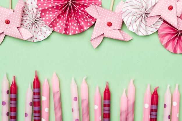 色付きの背景にフラットレイアウト装飾パーティーコンセプト