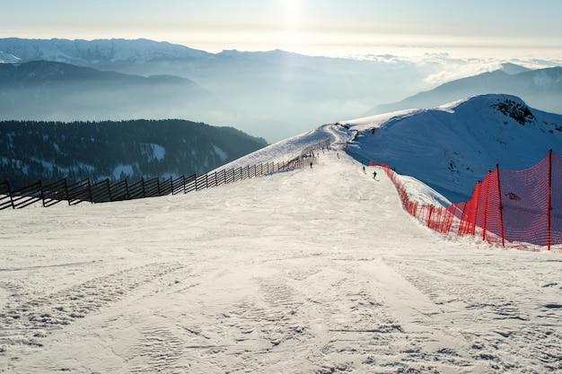スキー場と冬の山の背景。スキー場
