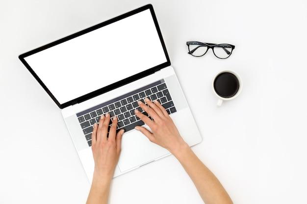 Домашний офис рабочее пространство. ноутбук с пустой экран, руки и аксессуары на белом