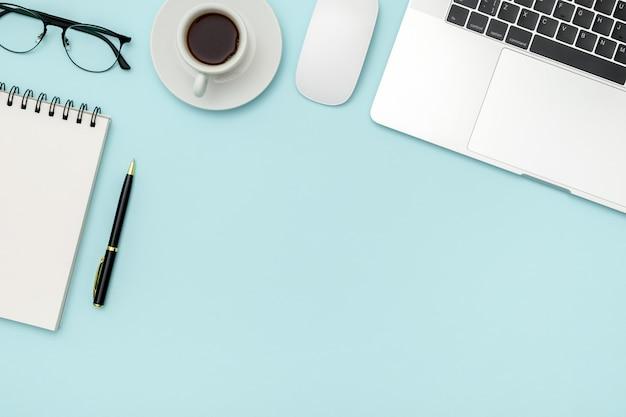 ノートパソコンと消耗品のオフィスデスクテーブル