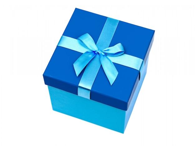 ギフトと弓を白で隔離される青いボックス