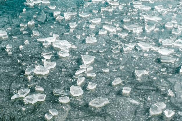 氷の表面に亀裂と抽象的な氷の背景