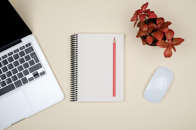 Современный офисный стол с ноутбуком и пустой страницей