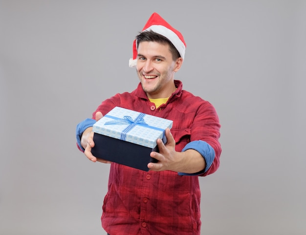 Парень держит рождественский подарок