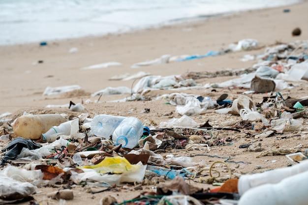 Загрязнение пляжа. пластиковые бутылки и другой мусор на пляже