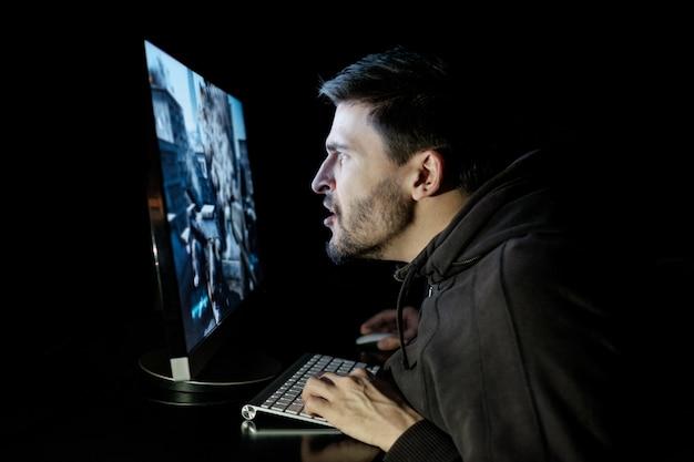 Красивый мужчина геймер играет в компьютерную видеоигру