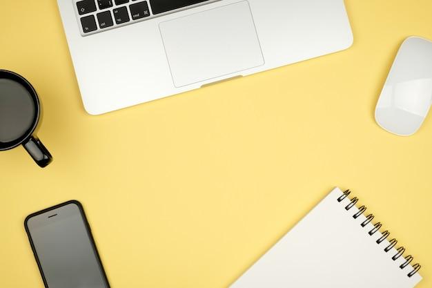 ノートブックとコピースペースを持つ最小限の職場