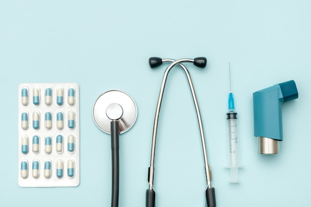 Вид сверху на стол врача со стетоскопом и другим оборудованием