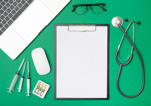 医師の机でノートパソコンと現代医学の職場