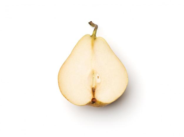新鮮な梨を白で隔離される半分にカット