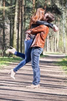Молодая пара в парке
