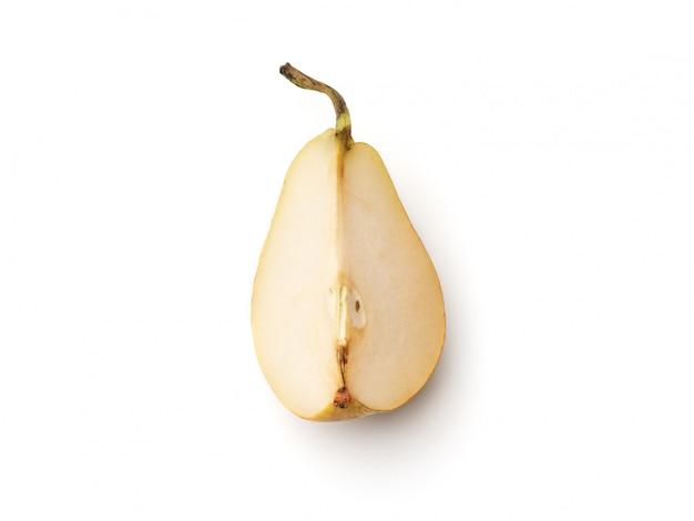 Свежие груши, разрезанные на четверть на белом