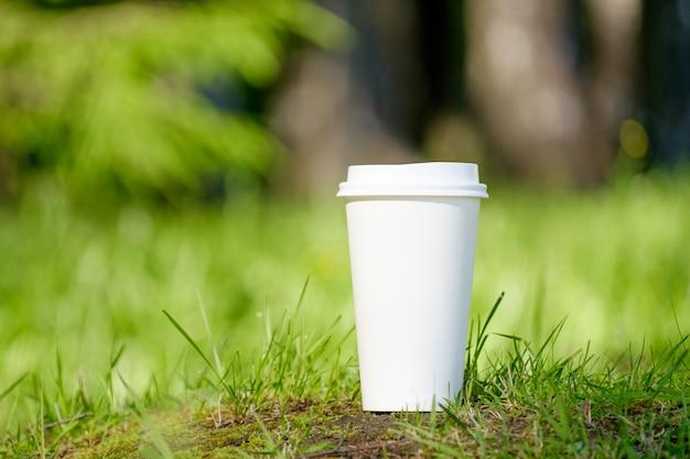 Бумажный стаканчик кофе в парке
