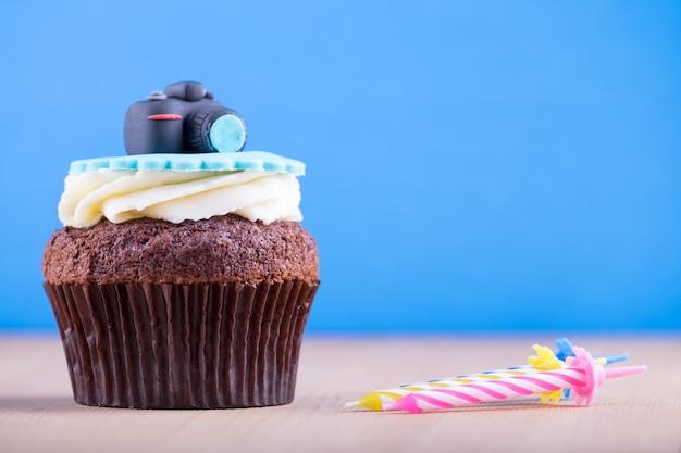 Вкусный кекс на столе